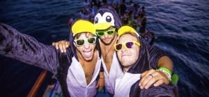pinguïn onesie op boot